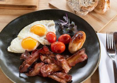 Bingelela Full Breakfast eggs and bacon